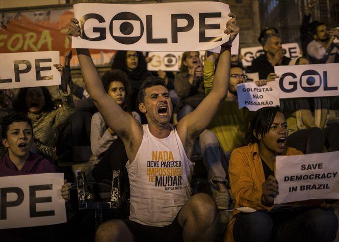 """Demonstranten werfen Michel Temer einen Putsch vor. Sie halten Plakate mit der Aufschrift """"Golpe"""", was auf Deutsch Putsch heisst."""