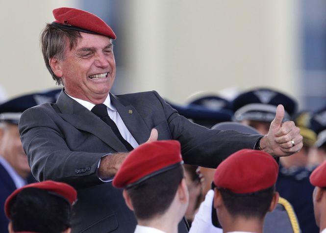 Jair Bolsonaro grinst mit rotem Beret und hochgehaltenen Daumen am Tag der Armee in Brasilia.