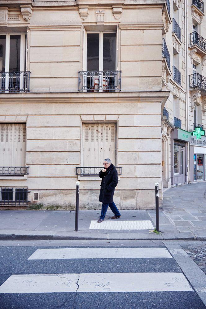 Eribon beim Überqueren einer Strasse in Paris