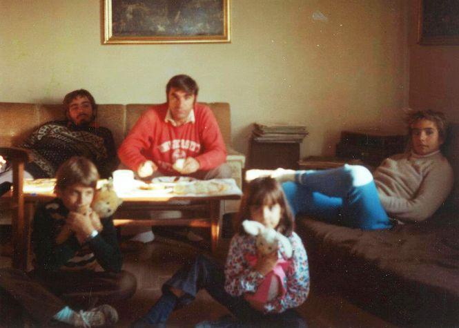 die Familie im Wohnzimmer