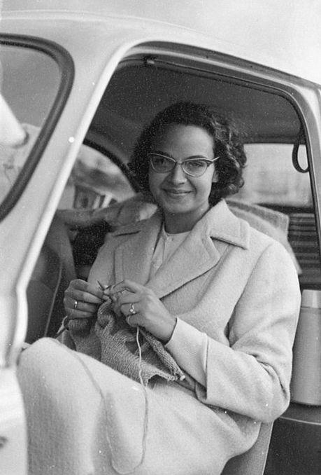 die Mutter Silvana sitzt in einem Auto und strickt