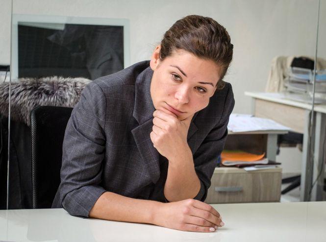 Portrait von Maria Gaidar am Schreibtisch