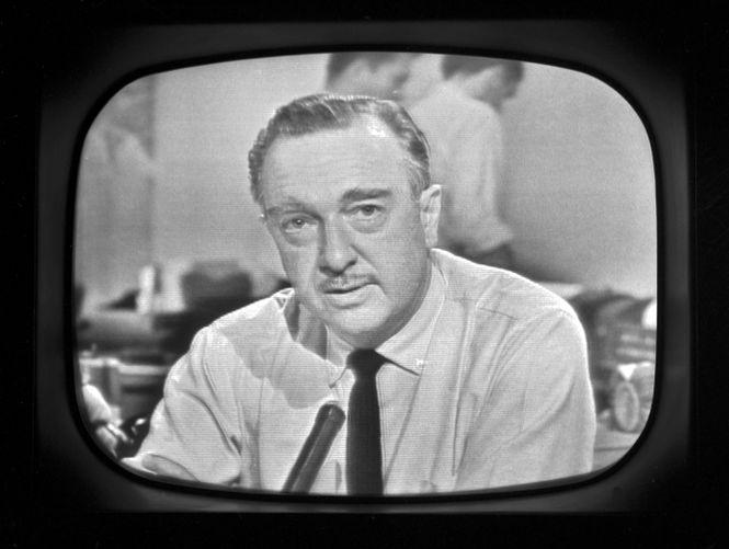 Walter Cronkite auf einem TV Bildschirm