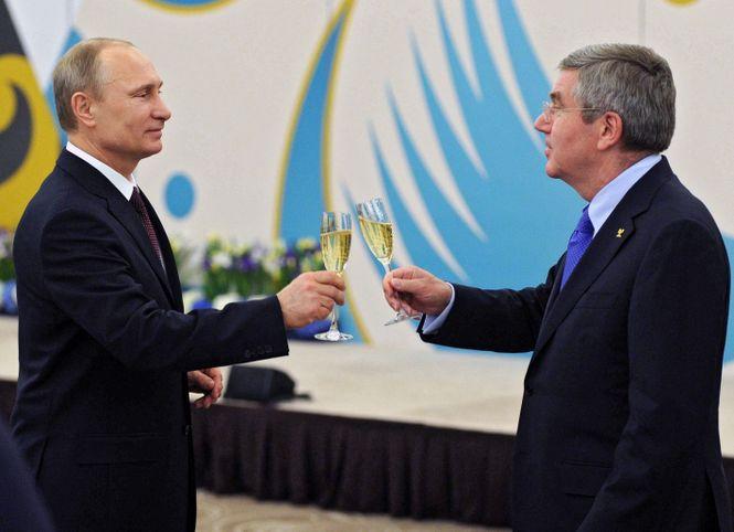 Putin und Bach prosten sich mit Champagner zu