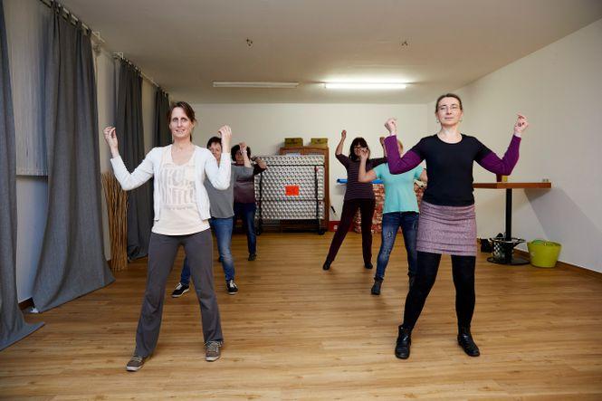 eine Gruppe Frauen übt einen Tanz