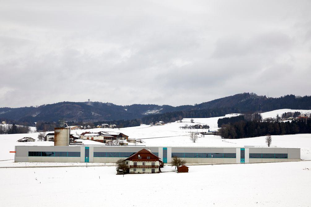 Bauernhöfe in der verschneiten Landschaft