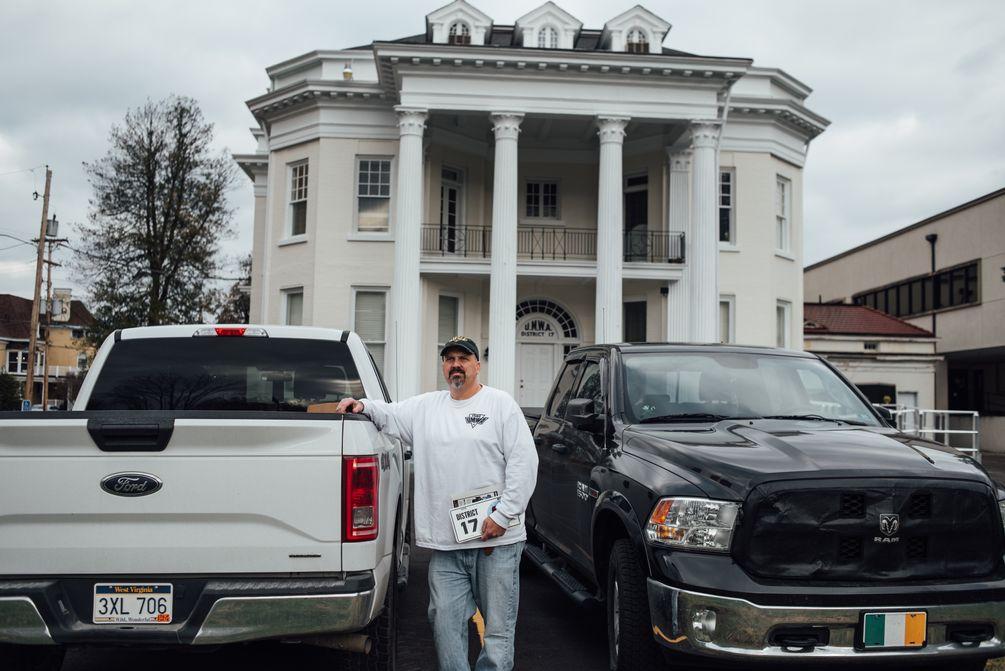 Jerry Kerns vor seinem Pickup