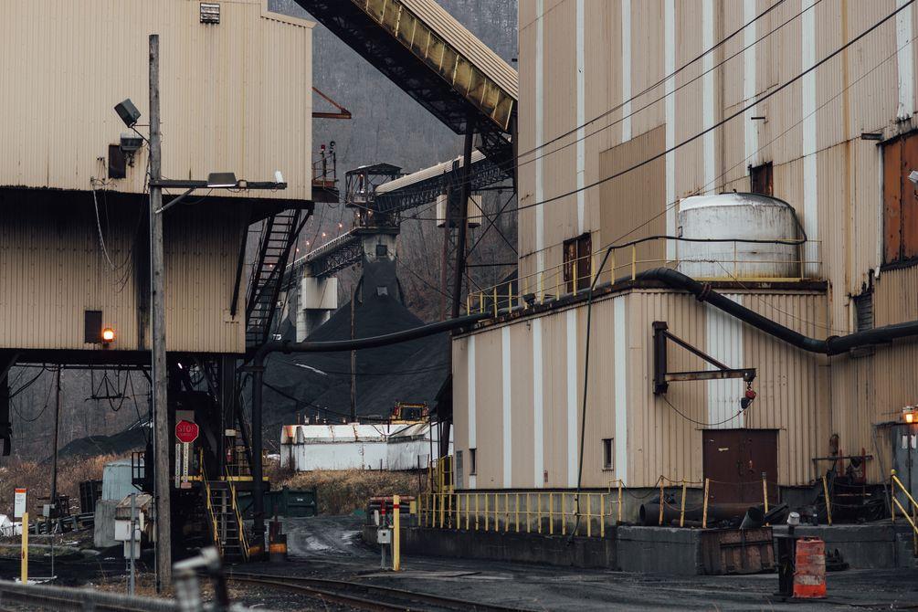 Blick auf die Industriegebäude einer Kohlemine