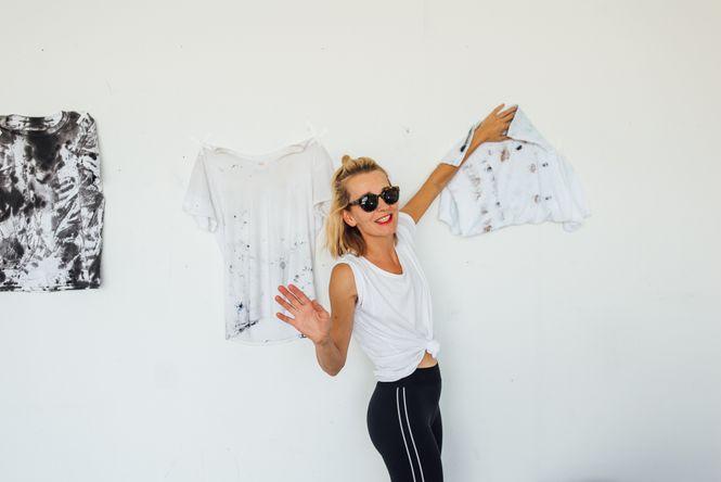 Gabor hängt ihre Designer-Shirts an eine weisse Wand