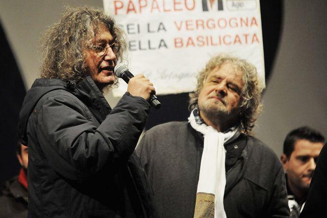 Grillo und Casaleggio auf der Bühne einer Wahlveranstaltung
