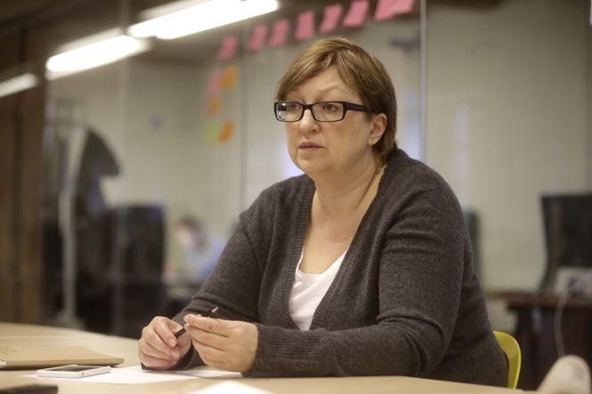 Portrait von Galina Timtschenko am Schreibtisch