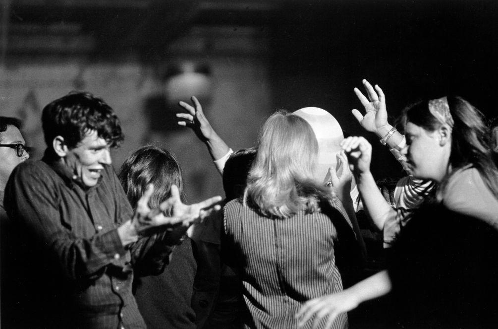 Eine Gruppe Hippies tanzen in Ekstase bei einem LSD-Test.