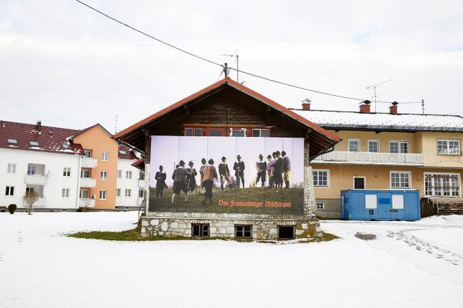 grosses Plakat an einem Haus