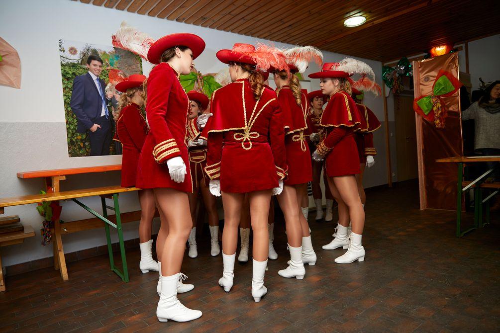 eine Gruppe Frauen in Kostümen