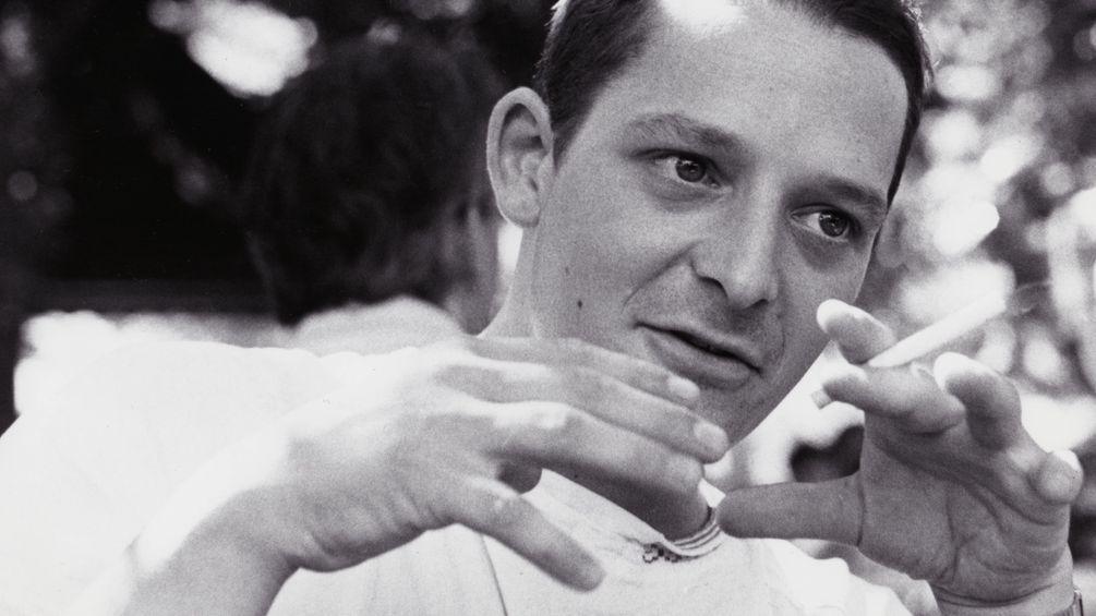 Filmstill zeigt Chris mit Zigarette in der Hand.
